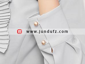 女浅蓝色风琴褶衬衫袖口细节