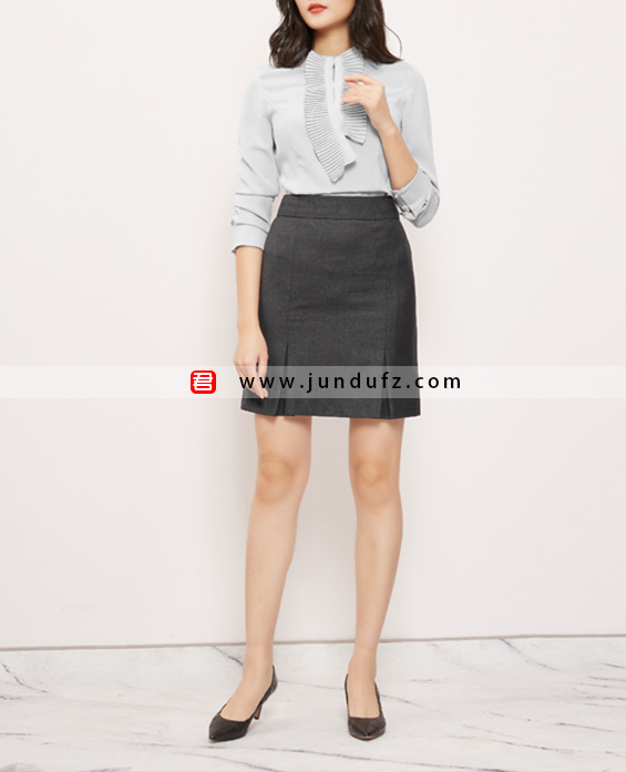 女浅蓝色风琴褶衬衫+深灰色半裙套装定制展示图