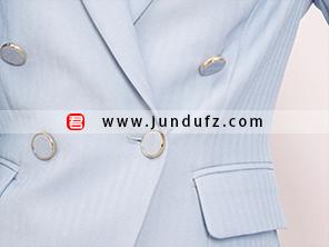 女浅蓝双排扣西装细节