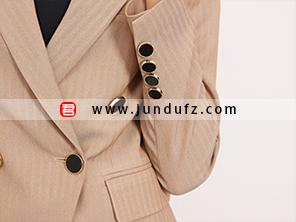 女咖色双排扣西装袖口细节