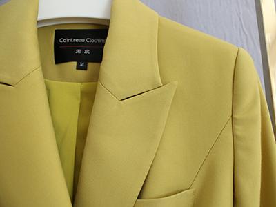 女黄色双排扣西服定制驳头细节