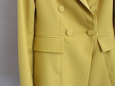 女黄色双排扣西服定制侧袋细节
