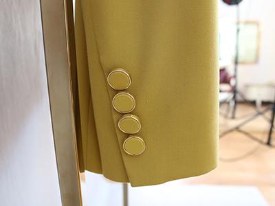 女黄色双排扣西服定制袖子细节