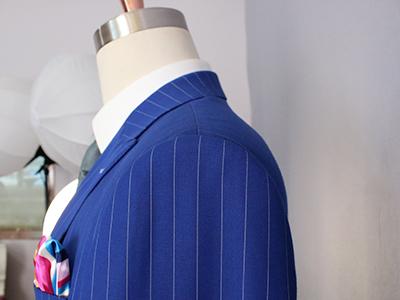 男蓝色条纹双排扣西服定制后领细节