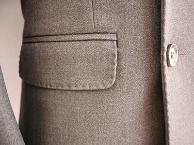 男灰色双排扣西服定制侧袋细节