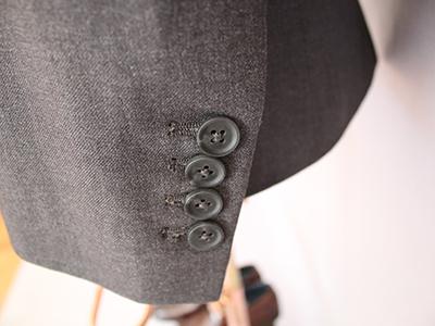 男灰色双排扣西服定制袖口细节