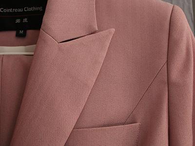女粉色双排扣西服定制驳头细节