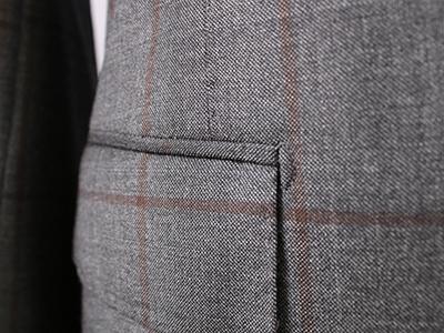 男深色单排扣条纹西服定制侧袋细节
