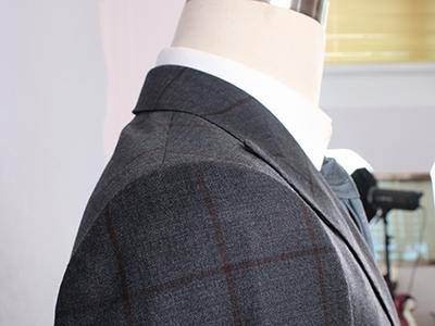男深色单排扣条纹西服定制领口细节