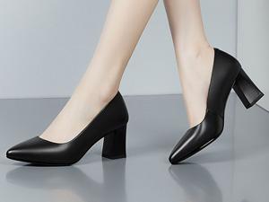 女士黑色漆皮高端商务皮鞋定制